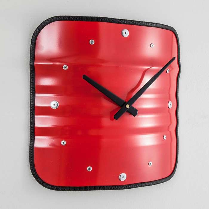 horloge rouge bidon recyclé