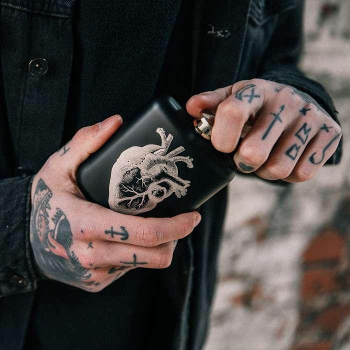Flasque Inox Noir, Cœur Gravé , Rock